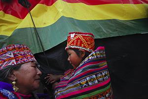 Famille bolivienne habillée d'habits traditionnels.