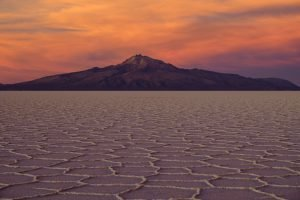Le volcan Tunupa surplombant le Salar d'Uyuni.